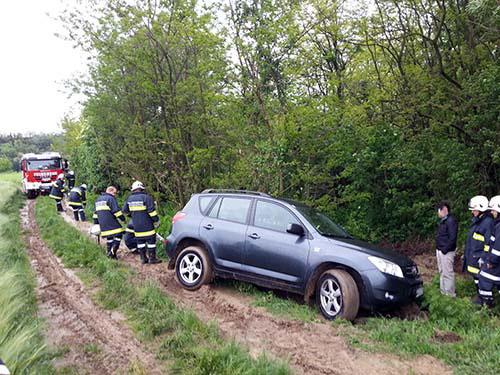 Fahrzeugbergung auf Feldweg