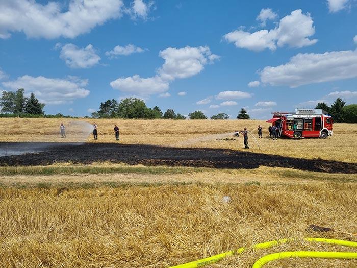 B2 - Mähdrescher und Feld in Brand