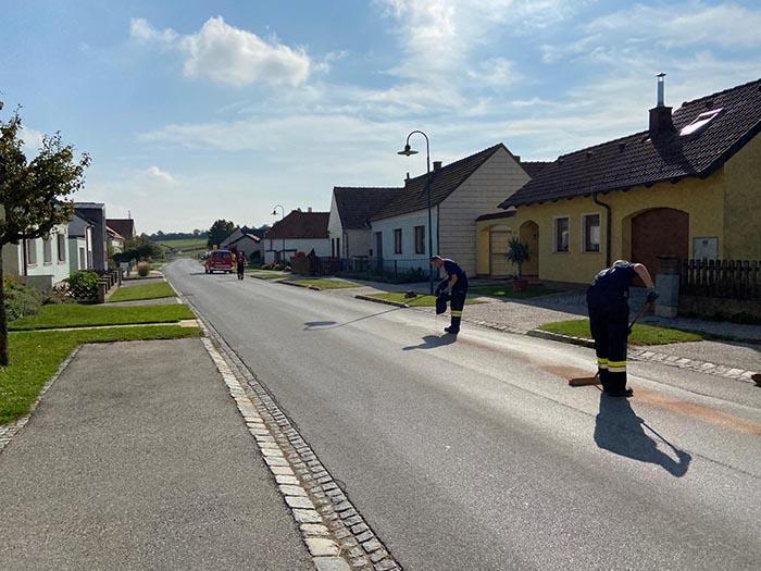 Ölspur auf Hauptstraße im Ortsgebiet