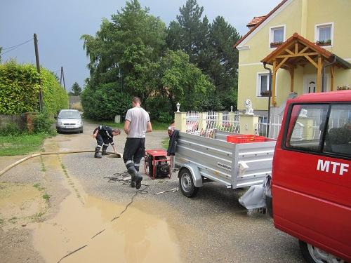 Auspumparbeiten nach Regenfällen